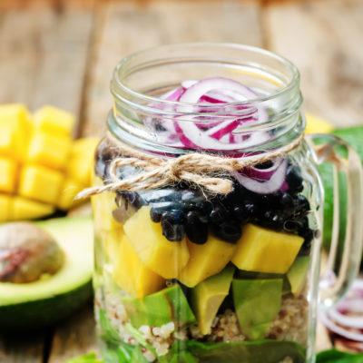 Ensalada de mango, frijoles, maíz y cilantro